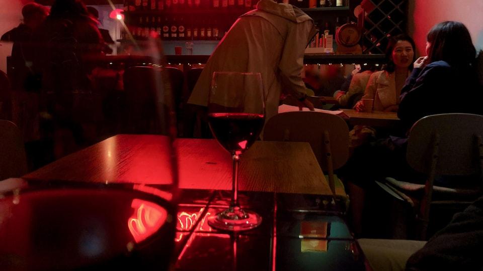 Des convives bavardent dans un restaurant.