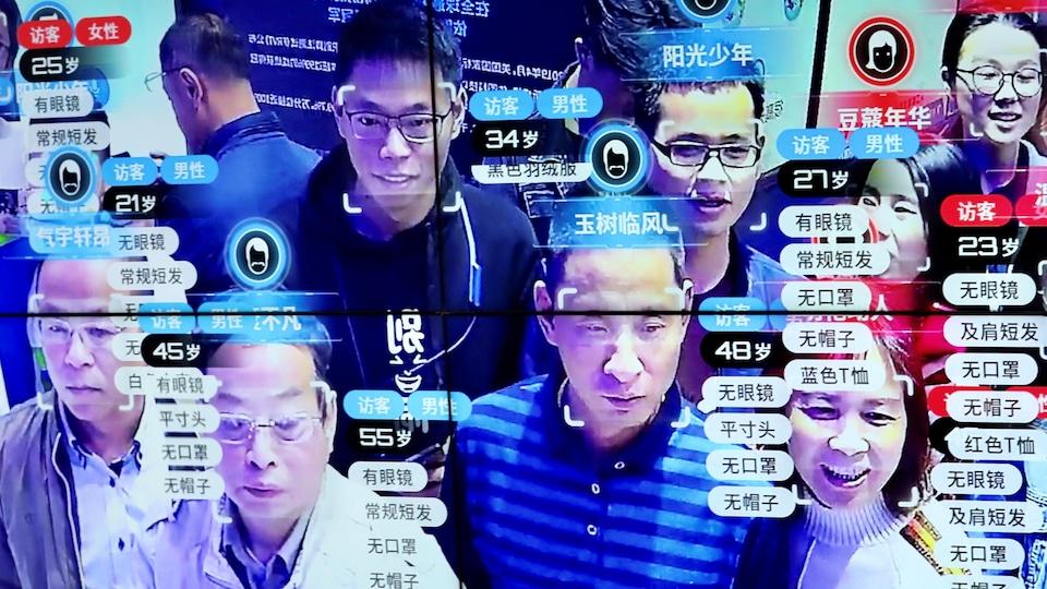 Une foule de personnes identifiées par reconnaissance faciale en Chine.