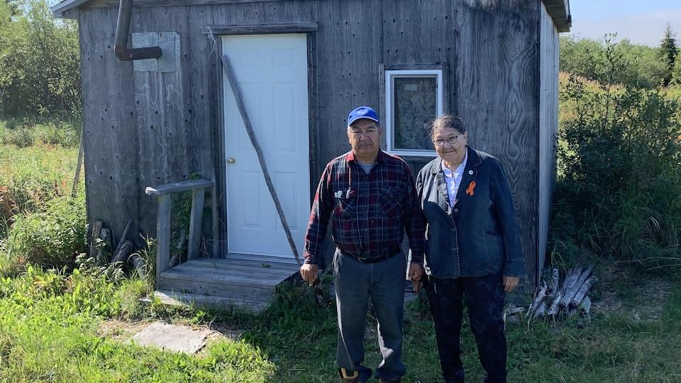 Lauretta McKenzie et Samuel Shem devant leur camp estival sur l'île de Fort George.