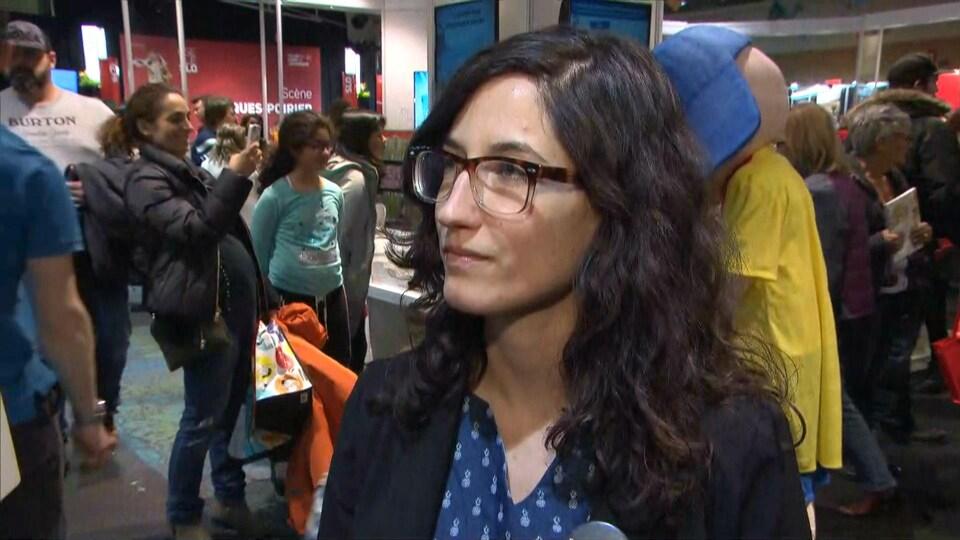 Chloé Leduc-Bélanger répond aux questions d'un journaliste au Salon du livre de l'Outaouais.