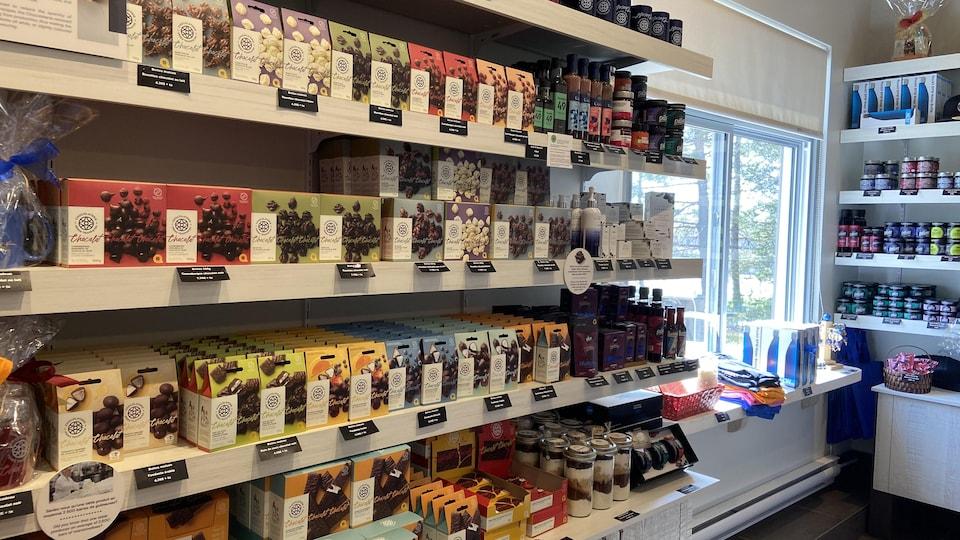 De nombreux produits à base de chocolat trônent sur les étagères de la boutique de la Chocolaterie des Pères Trappistes.