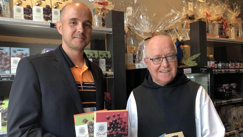 Le directeur général de la Chocolaterie des Pères trappistes, Dominic Genest, et le père de l'abbaye Notre-Dame de Mistassini, Clément Charbonneau.