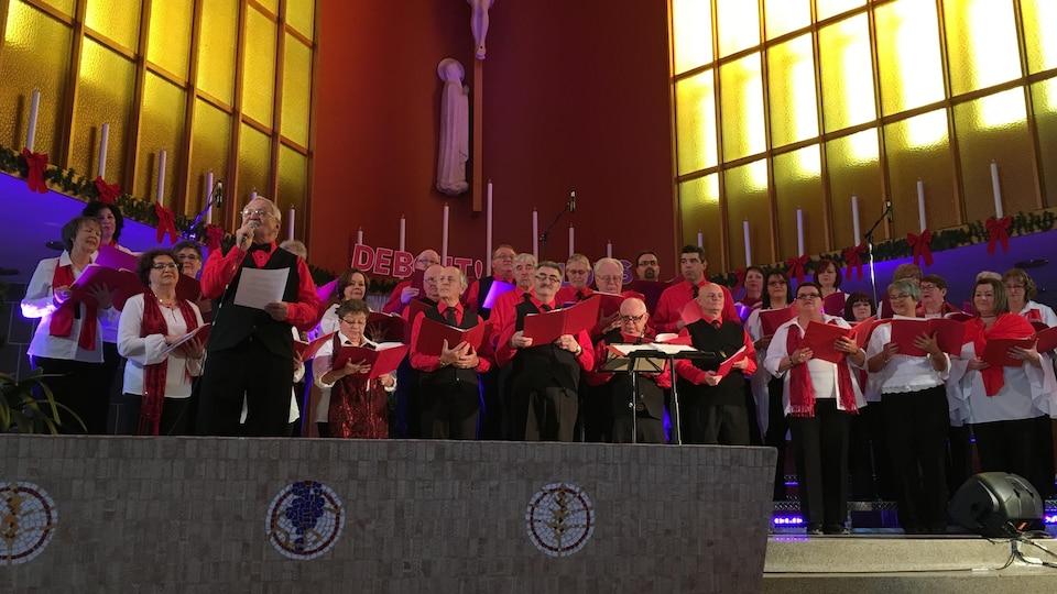 Le Chœur en sol chante dans une église sur cette photo d'archives.