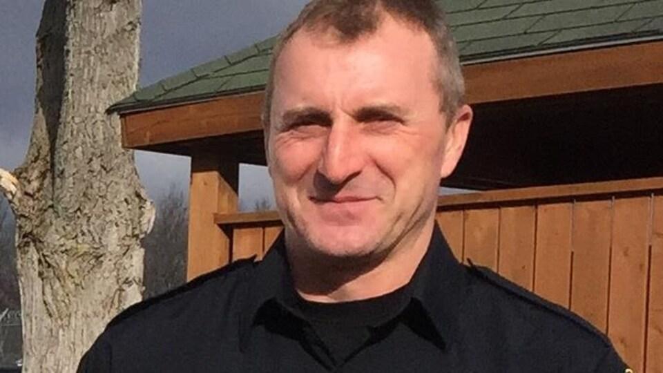 Chris Jackel pose dans son uniforme d'agent de prison