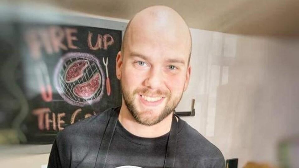 Chris van Ouwerkerk dans sa boucherie.