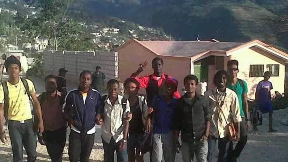 Christ-Moïse Léon (troisième à partir de la gauche) avec ses amis en Haïti, en 2013