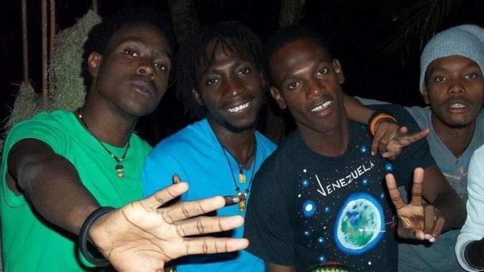 Christ-Moïse Léon (avec un chandail vert) avec des amis en Haïti, en septembre 2012.