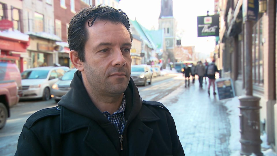 Christian Daigle en entrevue devant la station de Radio-Canada sur la rue Saint-Jean, à Québec.