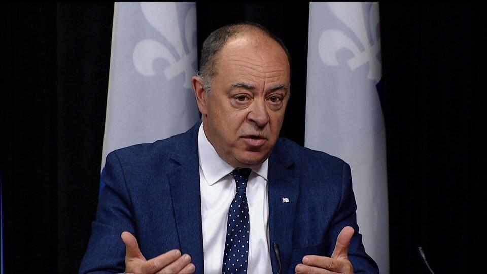 Le ministre Christian Dubé en conférence de presse.