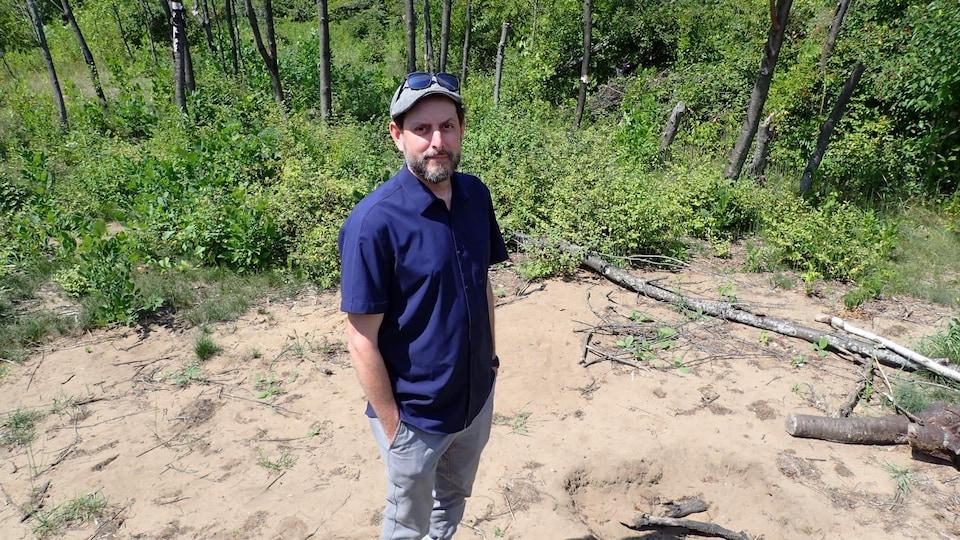 L'archéologue Christian Gates St-Pierre sur une partie du site Isings fouillé cet été.