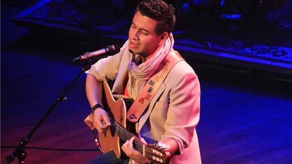 L'artiste albertain Christian De la Luna chante une ballade au gala Chant'Ouest, le 19 septembre 2013 à Victoria.