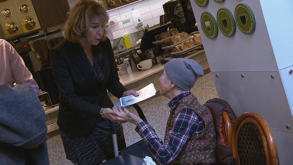 Christiane Gagnon discute avec une dame