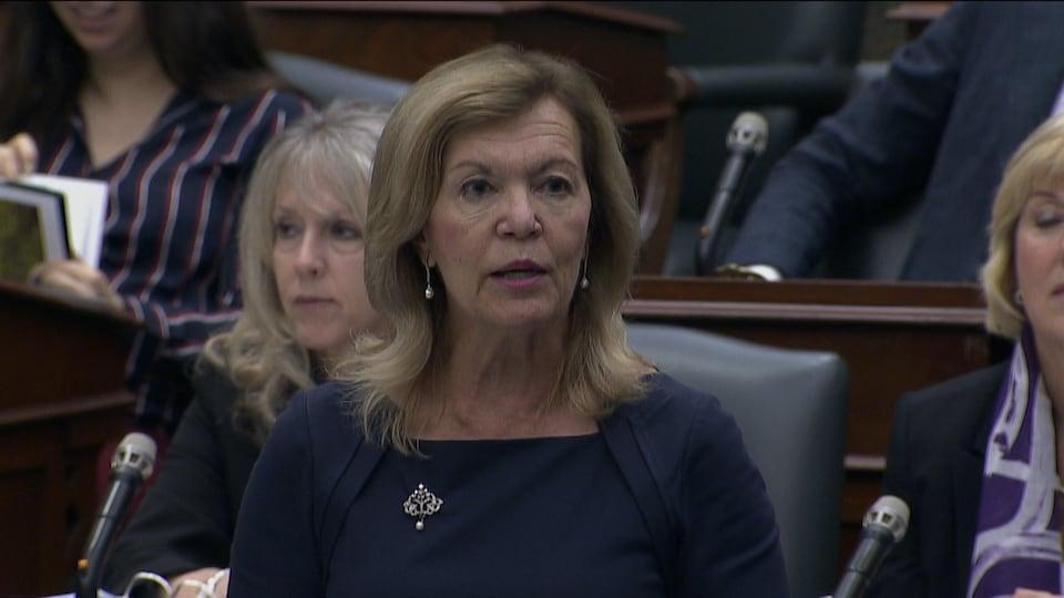 La ministre debout en Chambre.