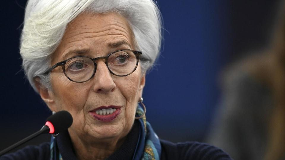 Madame Lagarde prend la parole lors d'un événement.