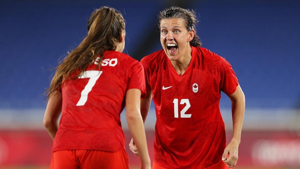Une joueuse de soccer qui vient féliciter sa coéquipière.