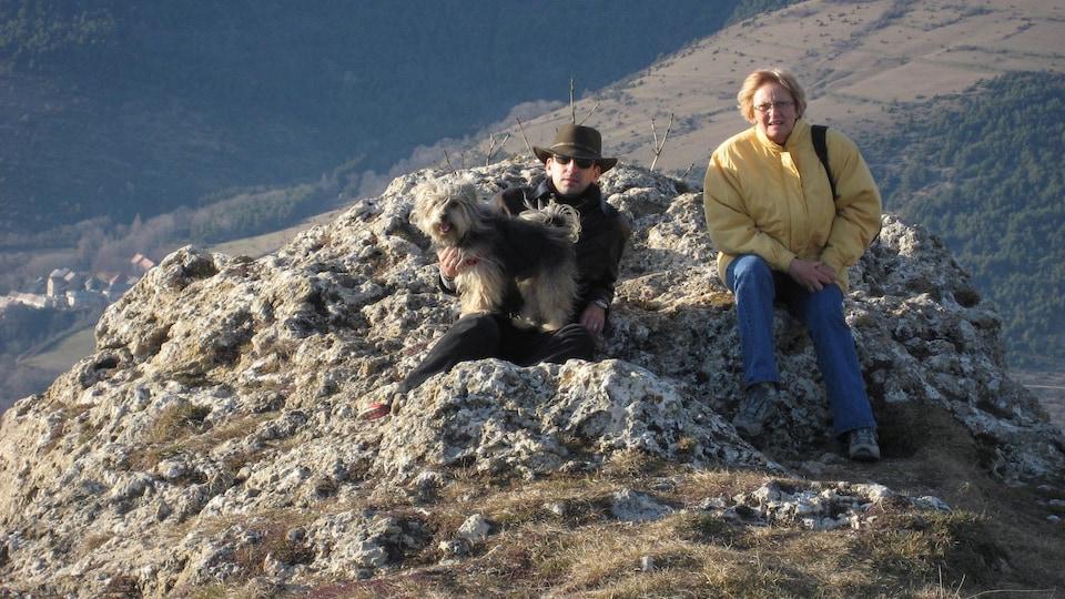 Christophe Navas et sa mère Marie-Paule Navas assis sur une colline.