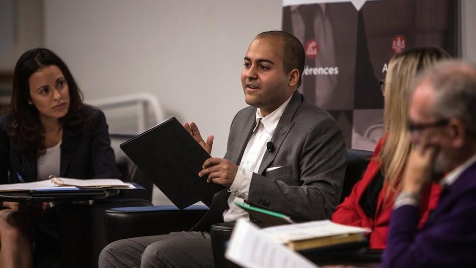 Un militant parle lors d'une table ronde.