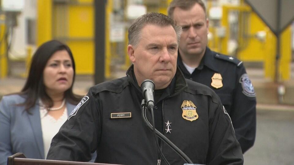 Christopher Perry, directeur des opérations de terrain pour le Service des douanes et de la protection des frontières des États-Unis, en conférence de presse au tunnel Windsor-Détroit, mercredi.