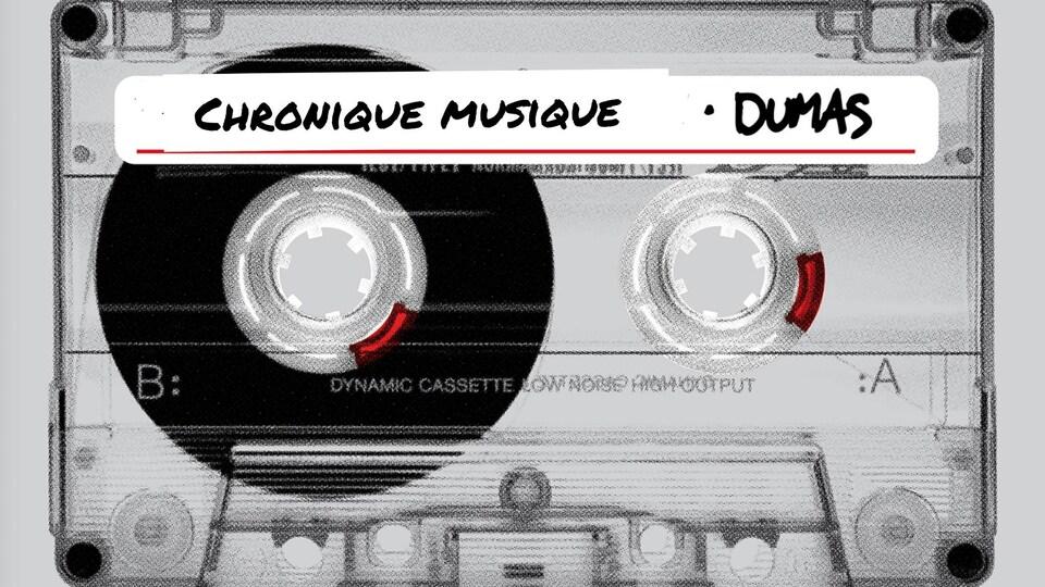 Un montage d'une cassette audio où il est inscrit Chronique musique - Dumas.