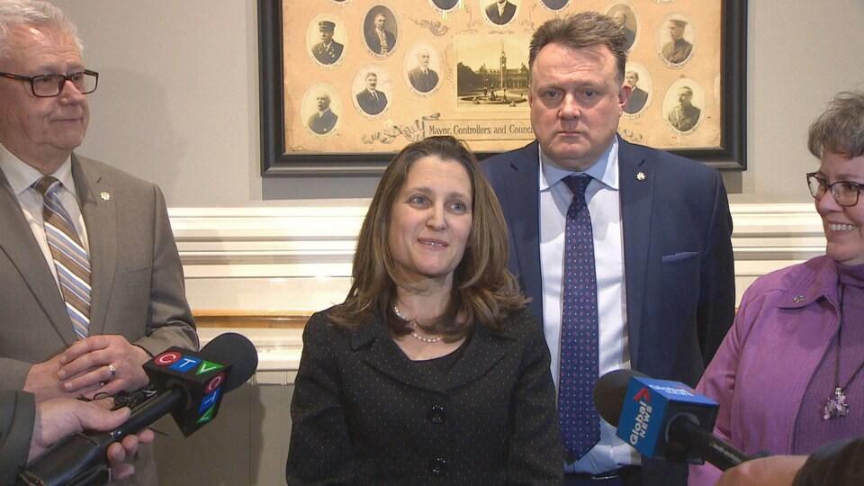Chrystia Freeland en conférence de presse avec le maire d'Halifax derrière elle.