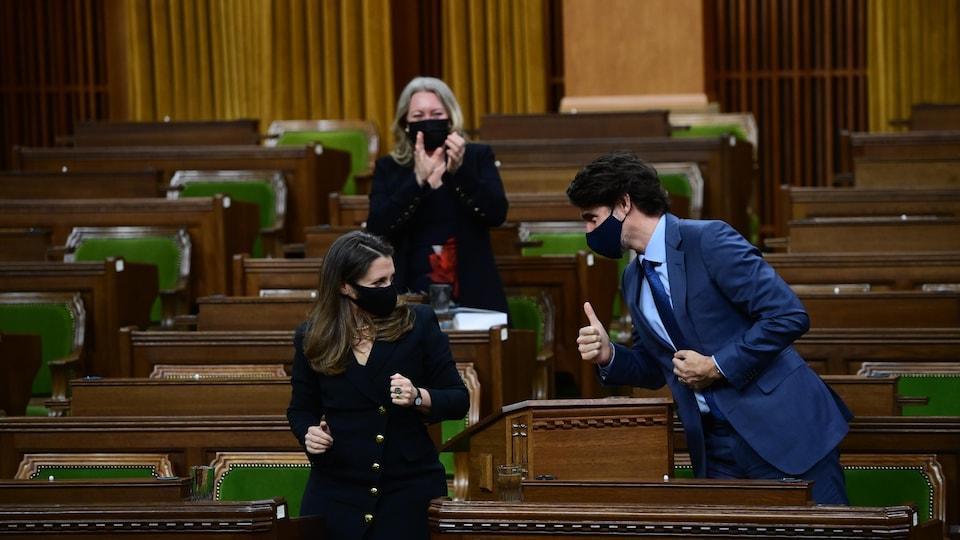 Le premier ministre Justin Trudeau montre le pouce à Chrystia Freeland après que la ministre a présenté son tout premier budget fédéral.