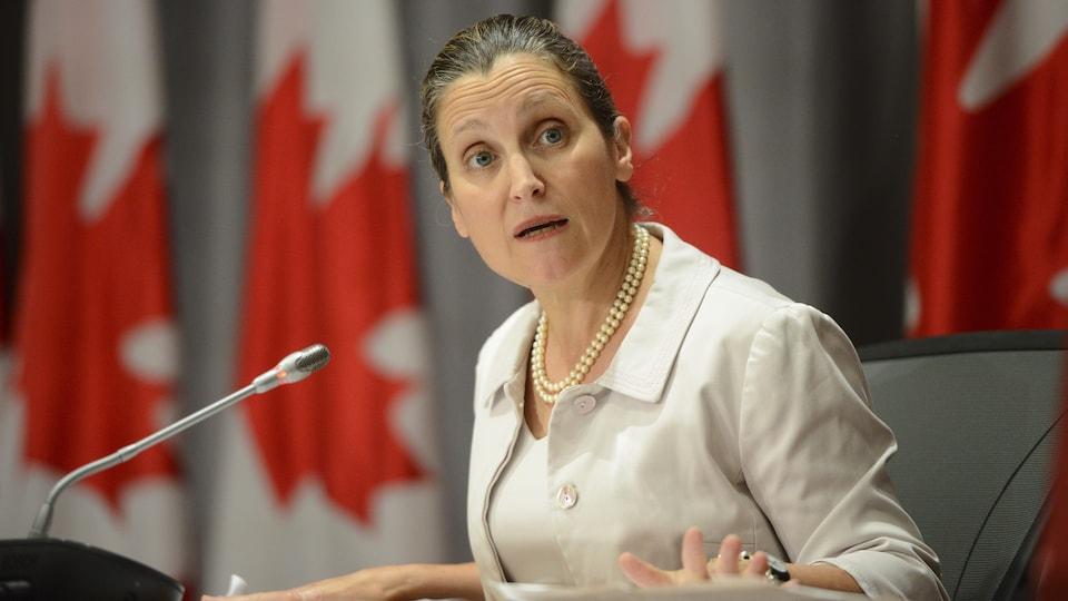 La première ministre Chrystia Freeland répond à une question en conférence de presse, au Parlement, à Ottawa.