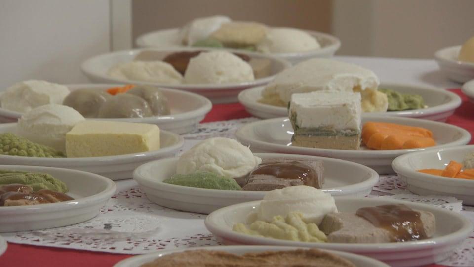 De la nourriture sur une table.