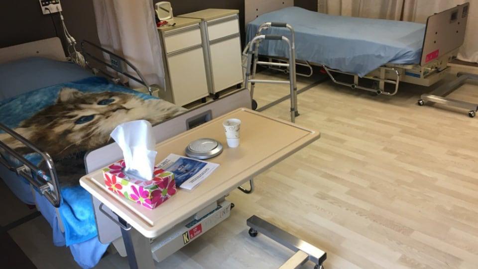 Un salon transformé en chambre pour un patient en CHSLD