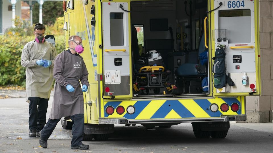 Des ambulanciers, au CHSLD Sainte-Croix, de Marieville, le 22 octobre.