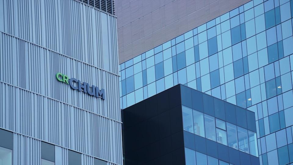 Différentes façades vitrées du nouveau Centre hospitalier de l'Université de Montréal (CHUM), au centre-ville de Montréal