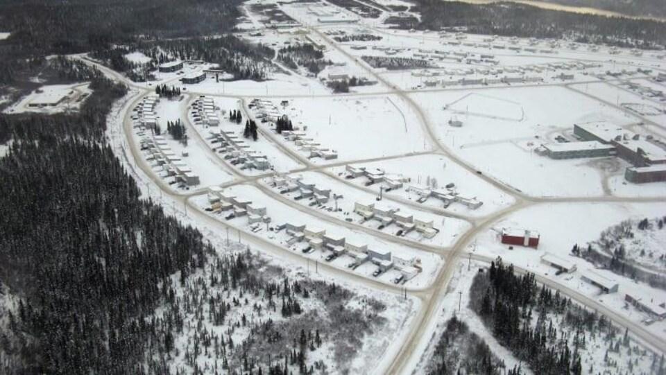 Vue aérienne d'un village enneigé.