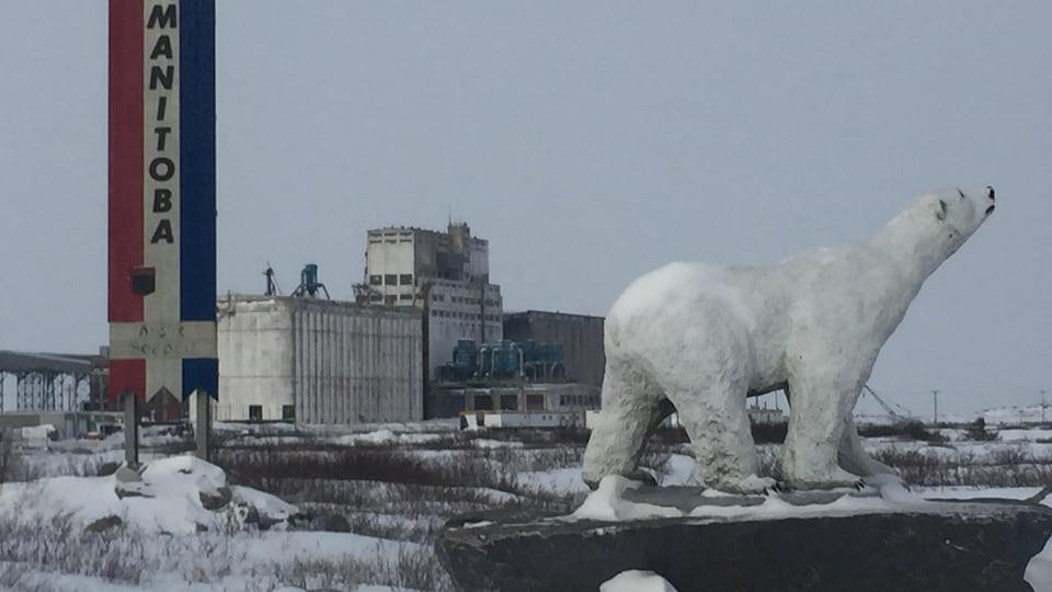 Une statue d'ours polaire.