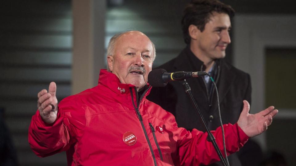 Le libéral Churence Rogers lors d'un événement de campagne en compagnie du premier ministre Justin Trudeau, le 23 novembre 2017, à Clarenville, à Terre-Neuve-et-Labrador.