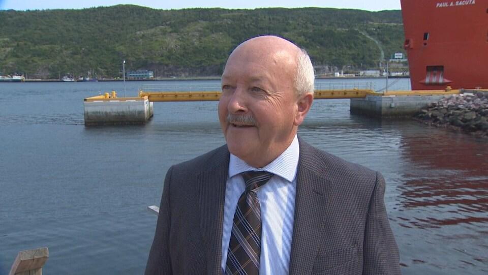 Le député terre-neuvien Churence Rogers, en entrevue devant un quai.