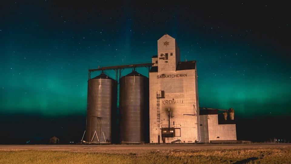 Une photo de Lukas Schroeder montrant un ciel étoilé derrière des silos à grains.