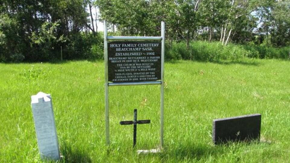 Une plaque commémorative et une croix en bois marque l'emplacement du cimetière de Beauchamp