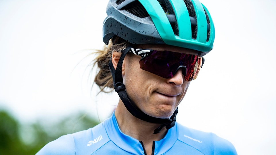 Cindy Montambault porte un casque de vélo et des lunettes de soleil.