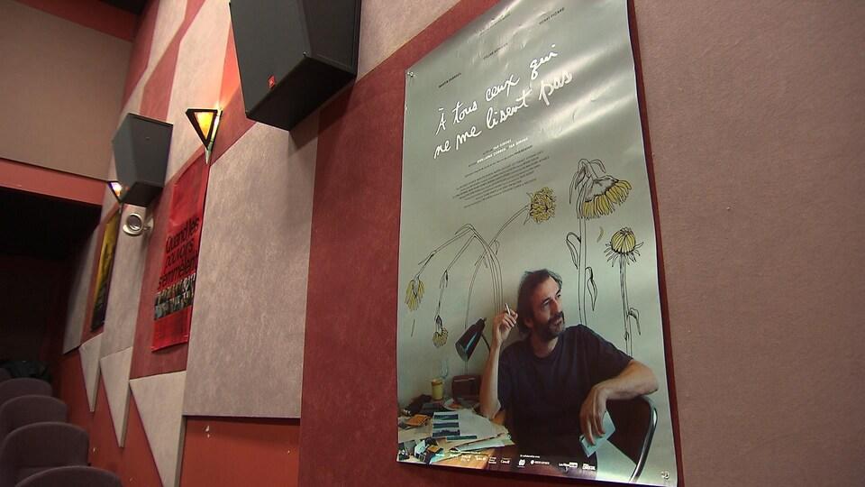 Affiche d'un film sur un mur de cinéma.