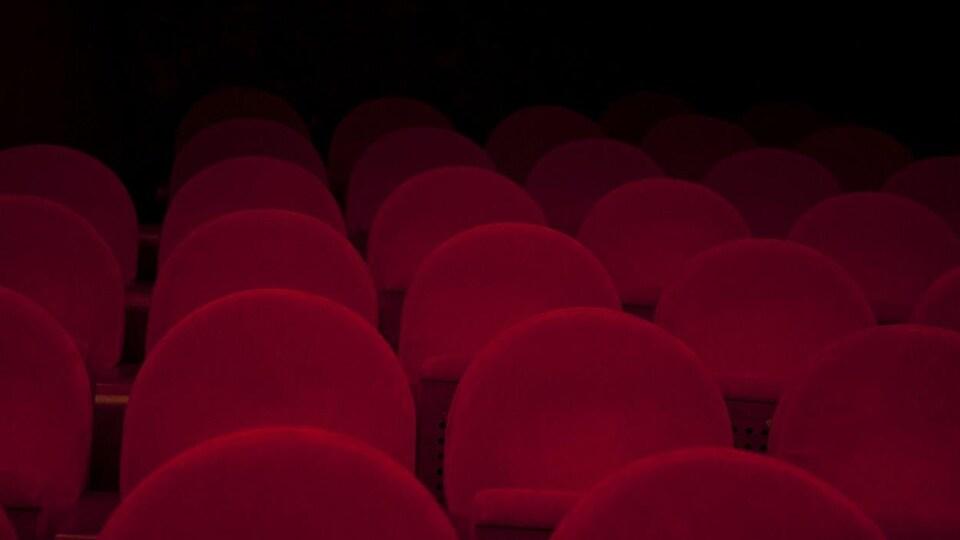 Des rangées de sièges dans un cinéma