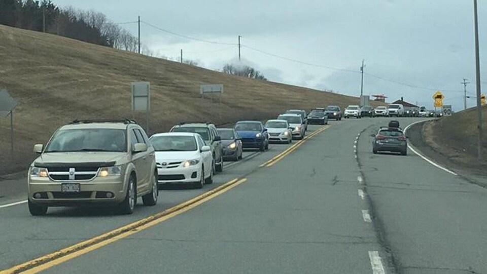 Une file de voitures en attente sur la route 132 à Notre-Dame-des-Neiges.