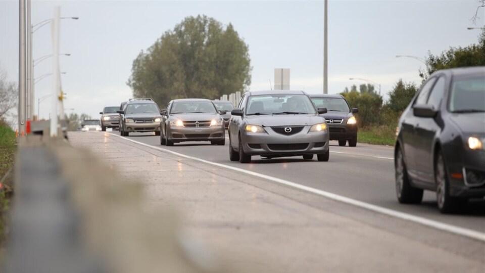 Des voitures circulent sur l'autoroute Laurentienne, à Québec.
