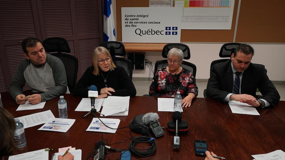 Quatre personnes devant une table lors d'une conférence de presse du CISSS des Îles et de deux élus municipaux.
