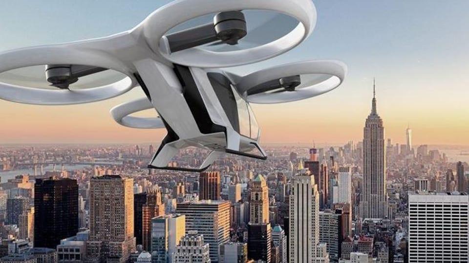 Un hélicoptère nouveau genre, muni de quatre hélices horizontales, survole Manhattan.