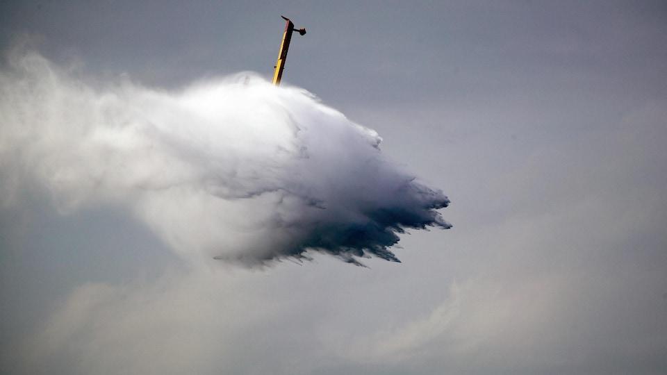 Un avion-citerne largue de l'eau.