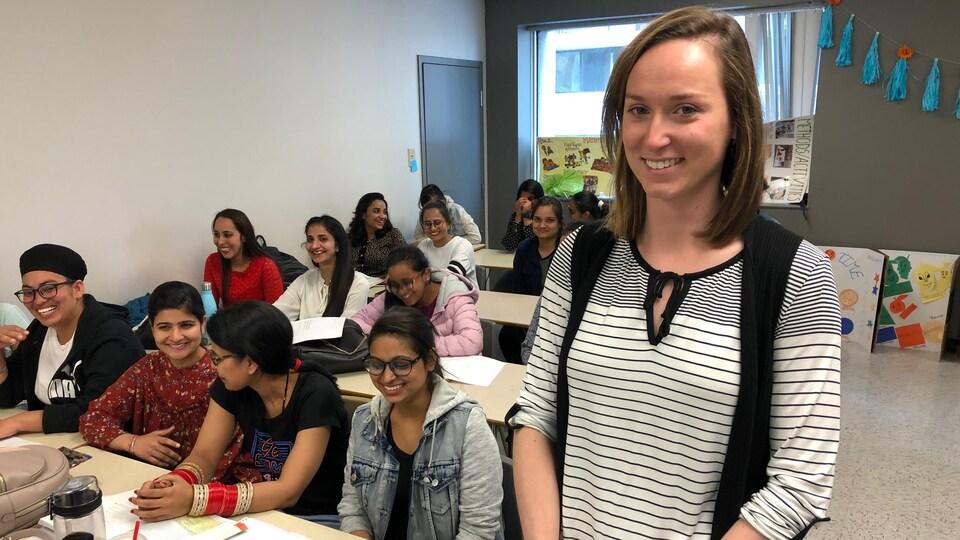 L'enseignante Hannah Burroughs et sa classe d'étudiantes à l'AEC en Techniques d'éducation à l'enfance