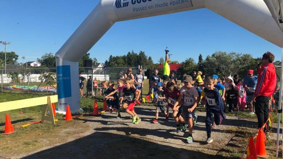 Des enfants courent à Sainte-Luce. Ils sont à la ligne de départ