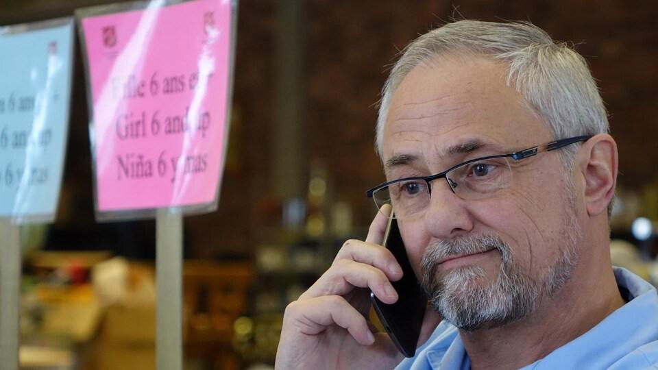 Le lieutenant Claude Dagenais, responsable de l'Armée du Salut à Sherbrooke, en train de parler au téléphone