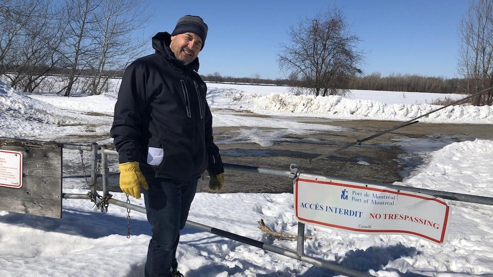 M. Dansereau devant un terrain vague. « Accès interdit », indique un panneau du Port de Montréal.
