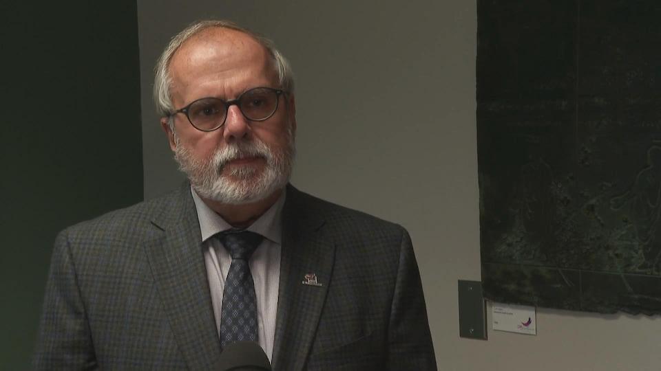 Claude Morin accorde une entrevue à Radio-Canada à l'intérieur d'un bureau.