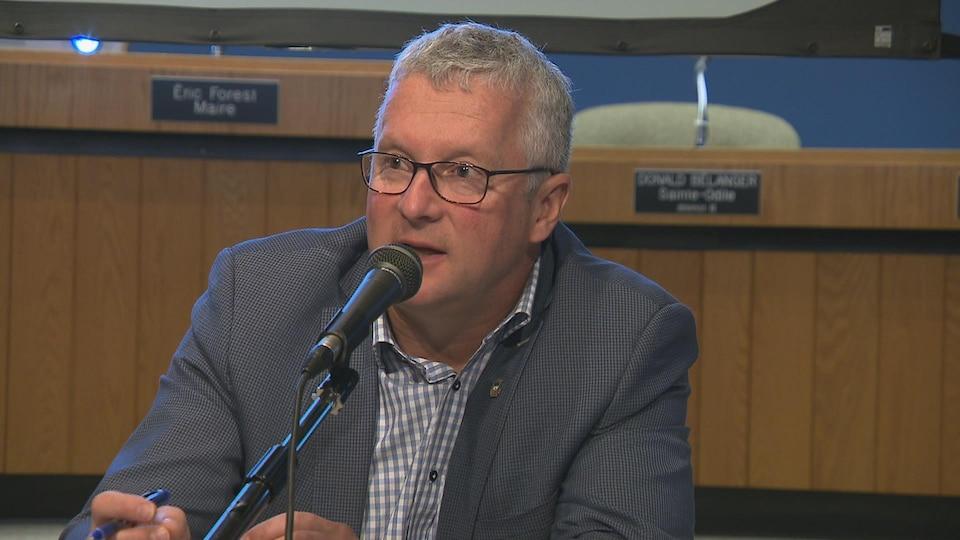 Claude Périnet, directeur général de la ville de Rimouski, lors d'une séance du conseil municipal.